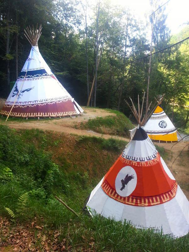 Indijanski šator uz jezero