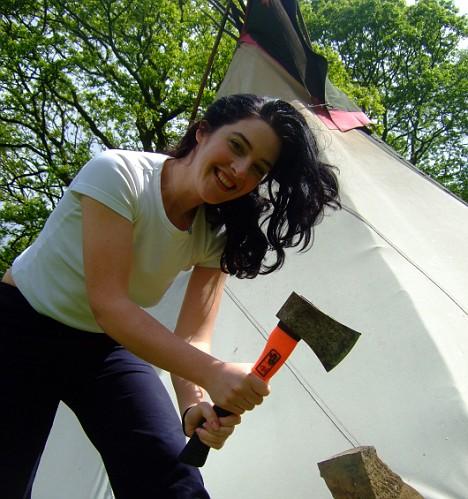 Ana pripravlja polena za kurjavo